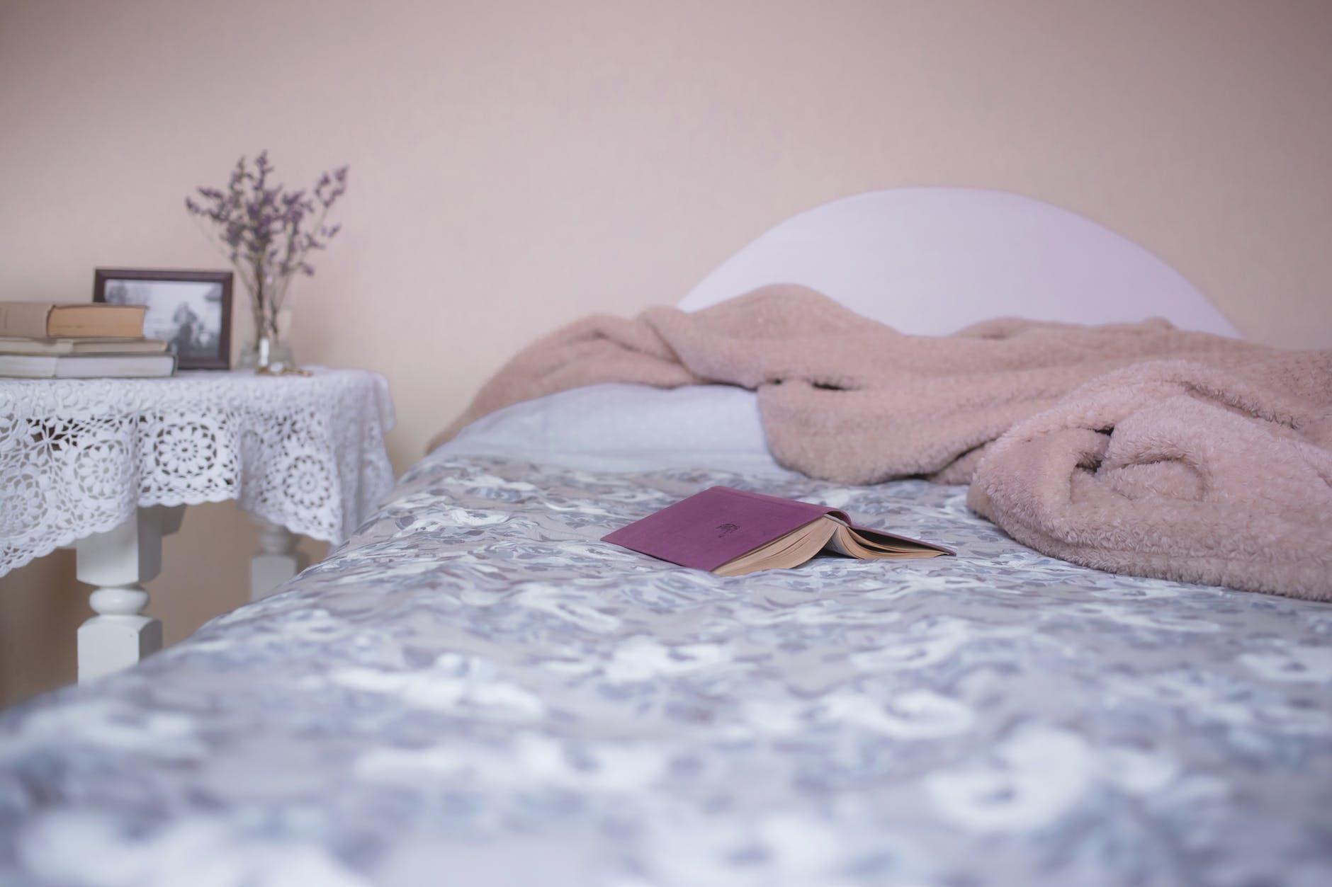 ぺちゃんこまつげを防ぐ!寝るときは仰向けで