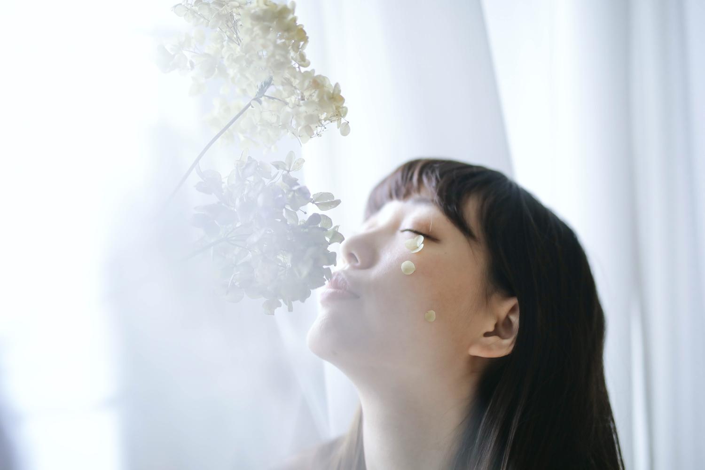 (♡)窓に映える君の白い肌