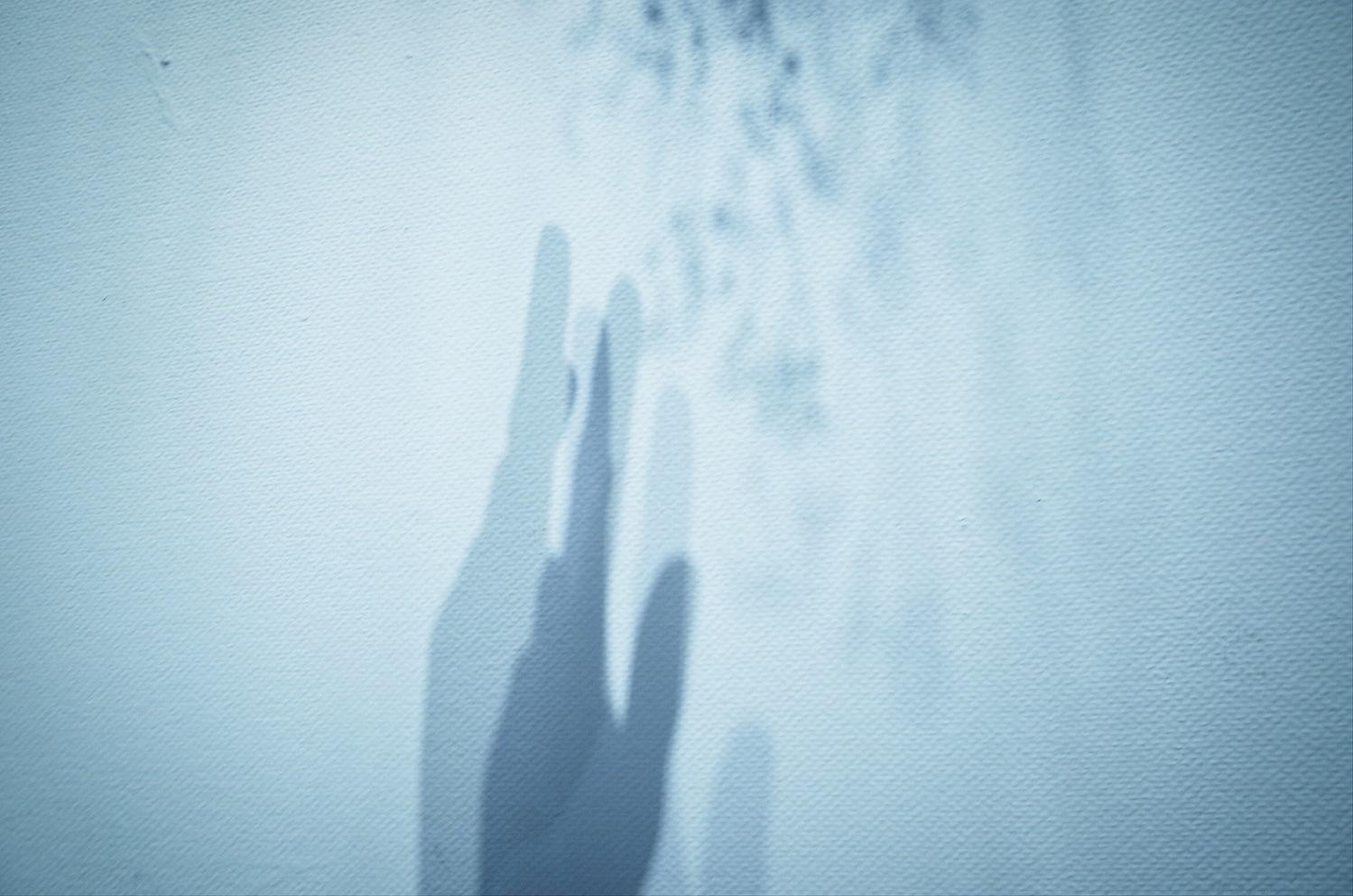 01:見えない位置に手を隠す