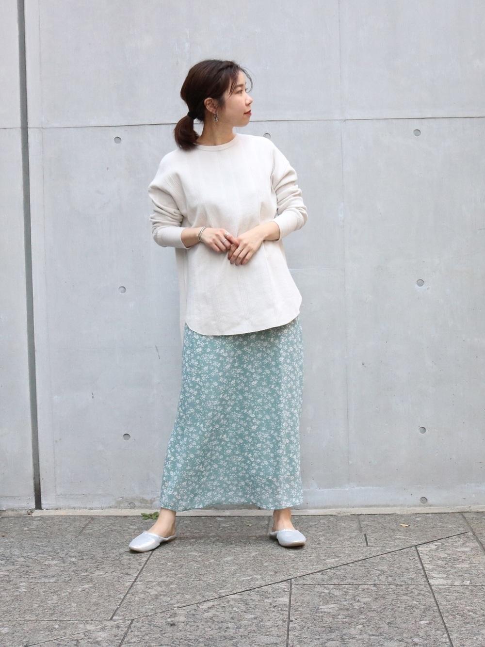 アイボリープルオーバー×花柄グリーンスカート