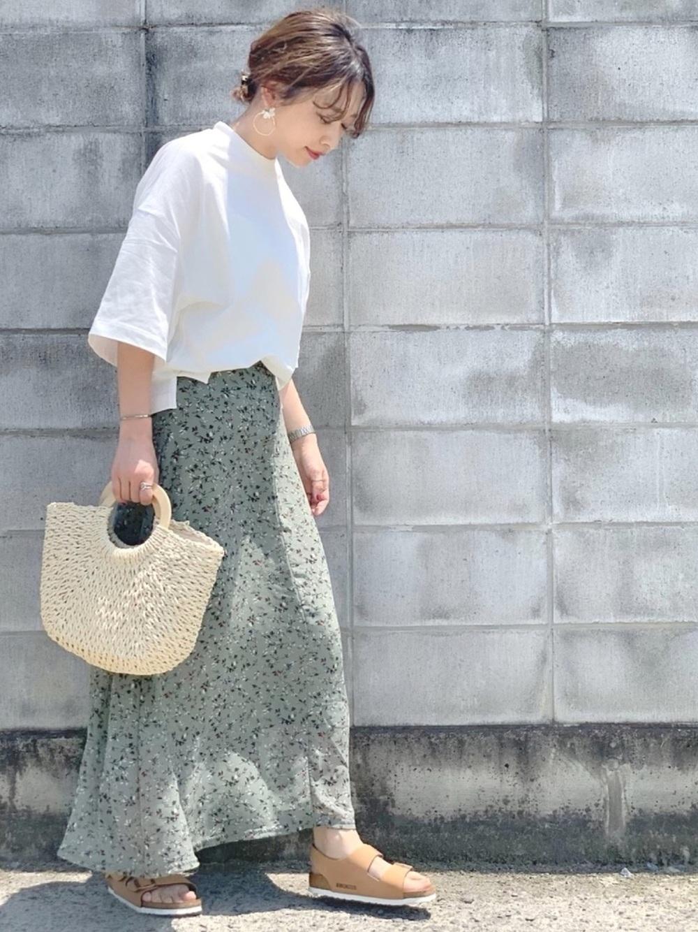 白T×花柄グリーンスカート