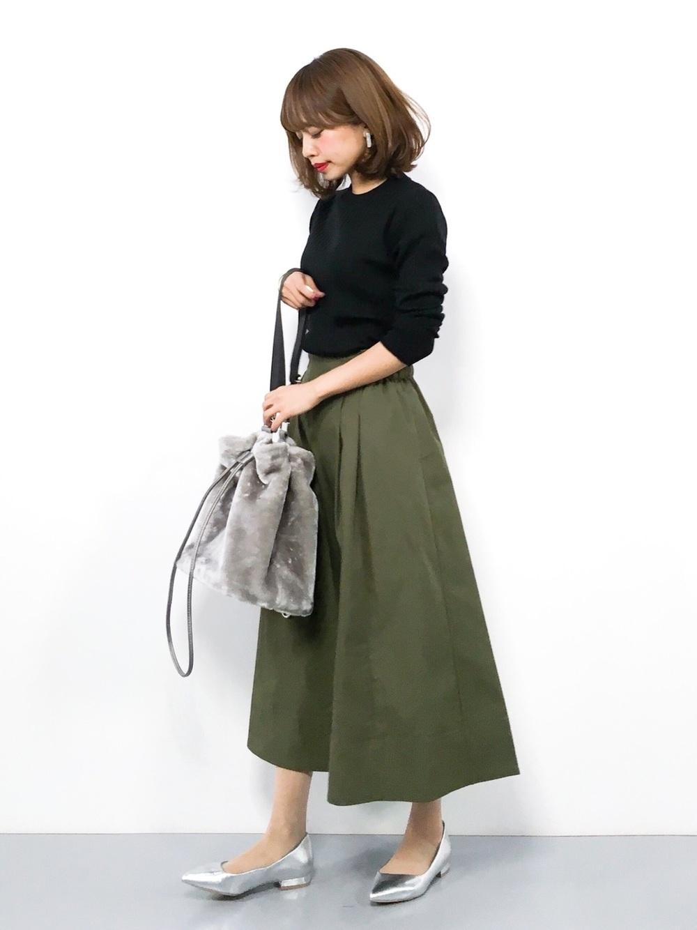 黒ニット×カーキスカート