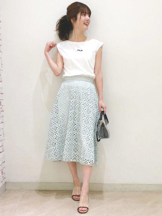白Tシャツ×レースグリーンスカート