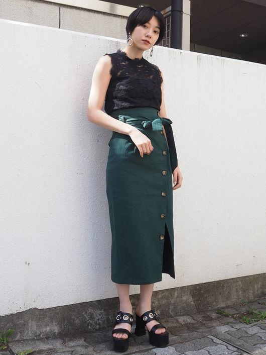 黒ノースリーブ×グリーンスカート