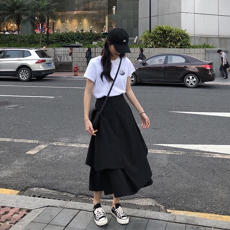 黒ロングスカート×白半袖Tシャツ