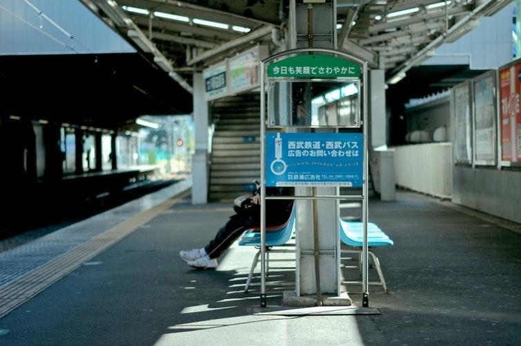 電車を待っている時のモテ仕草とは?