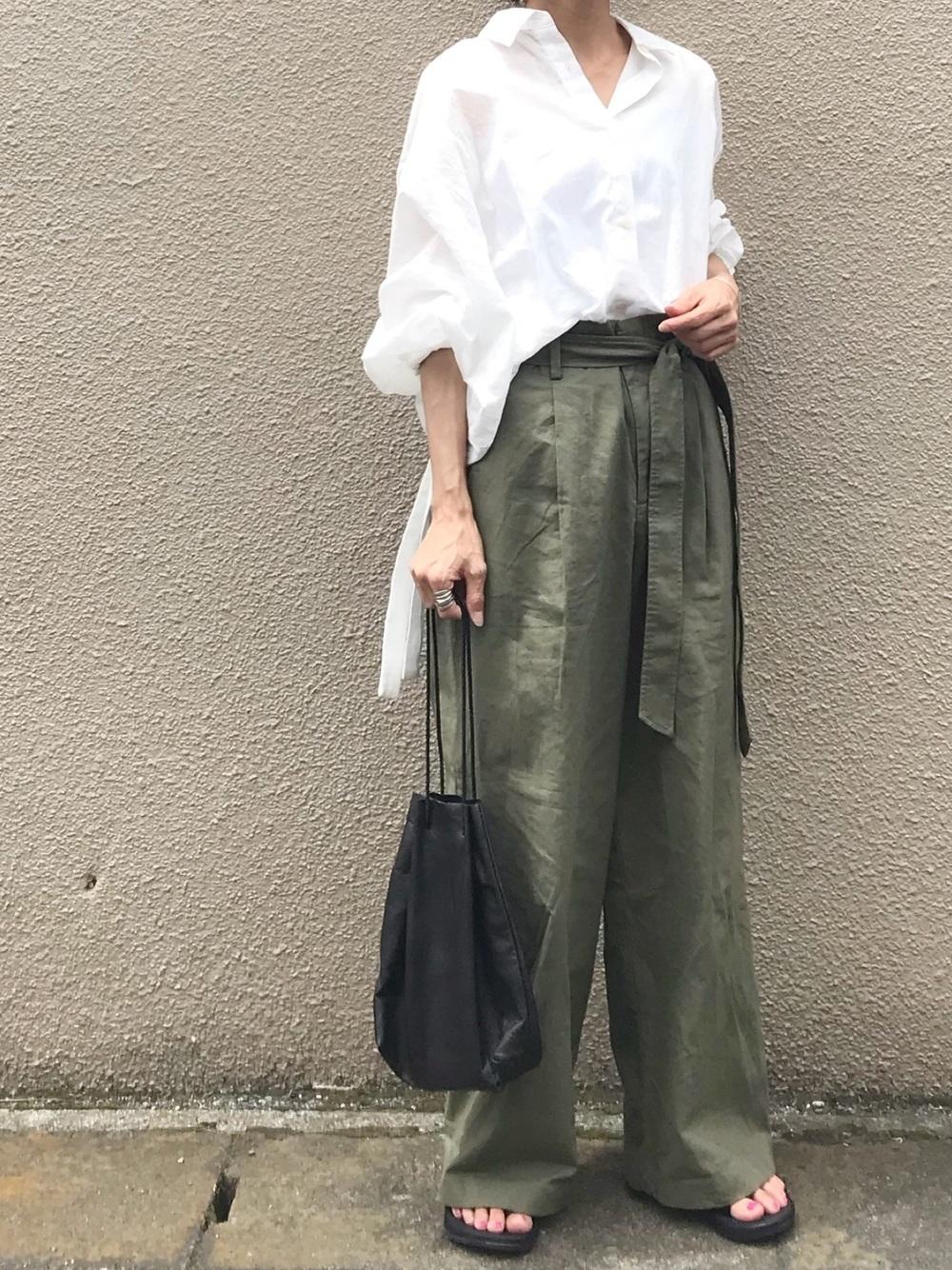 グリーン系ワイドパンツ×ホワイトシャツ