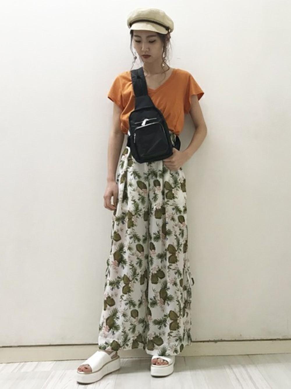 ボタニカル柄シフォンパンツ×オレンジ半袖Tシャツ