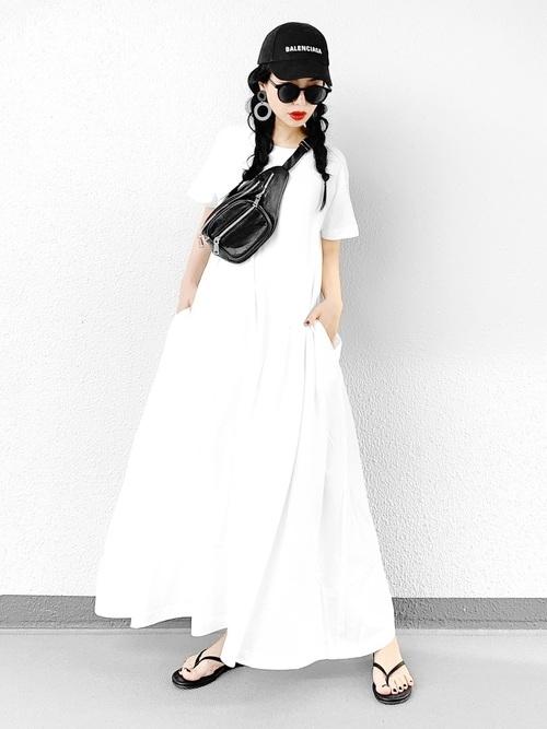 黒キャップ×白のTシャツワンピース