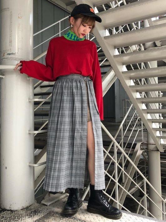 黒キャップ×レッドとデザインスカート