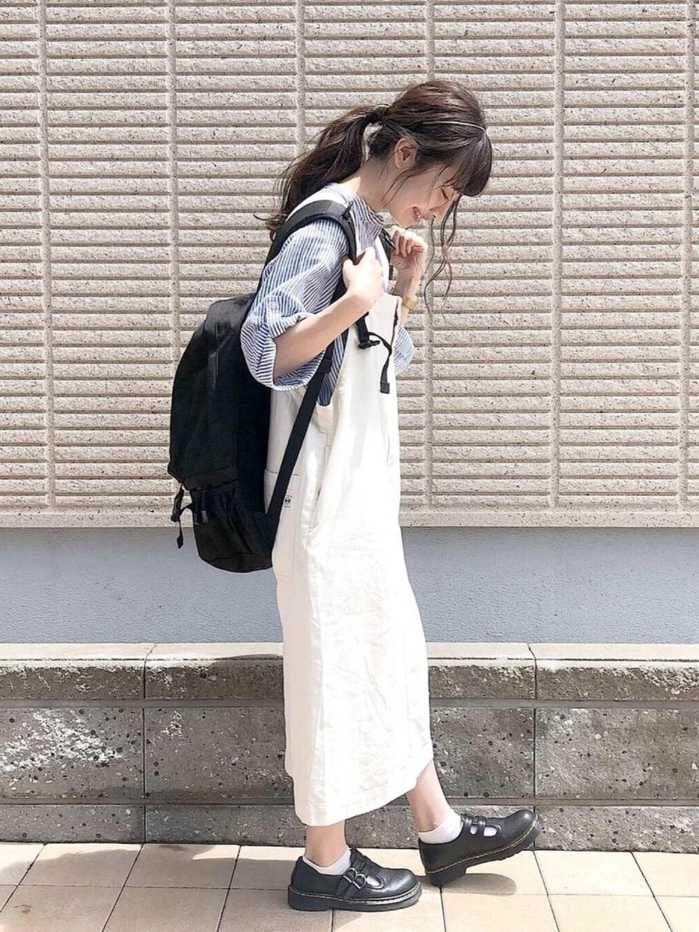 黒リュック × 白ジャンパースカート