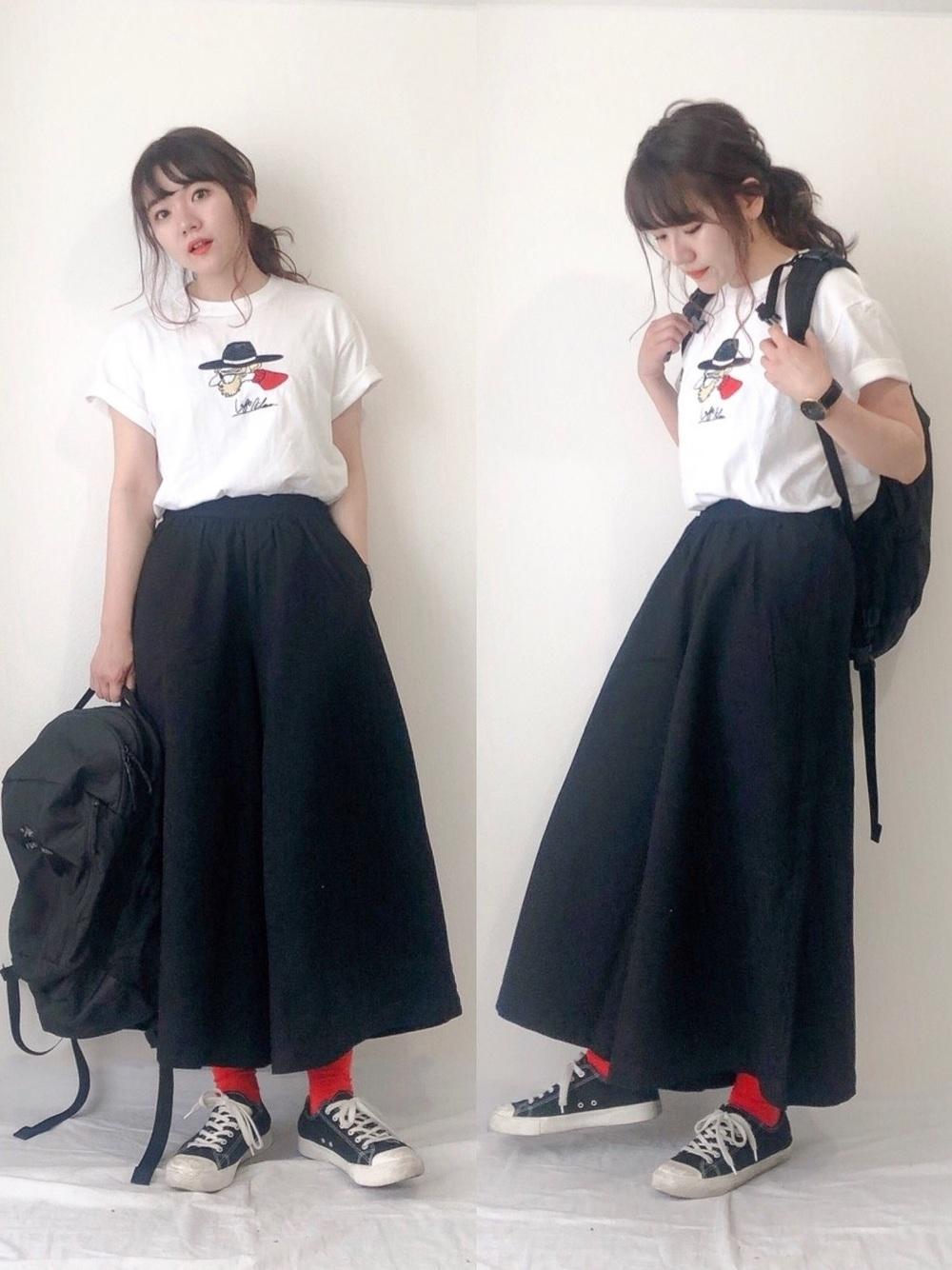 黒リュック × 黒ワイドパンツ