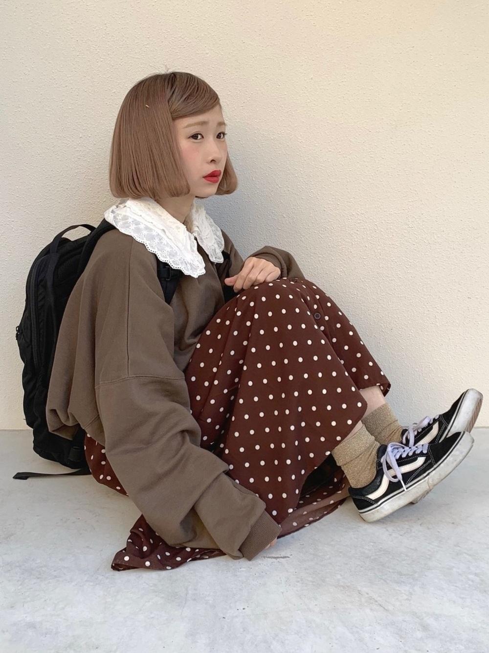 黒リュック × ドット柄スカート