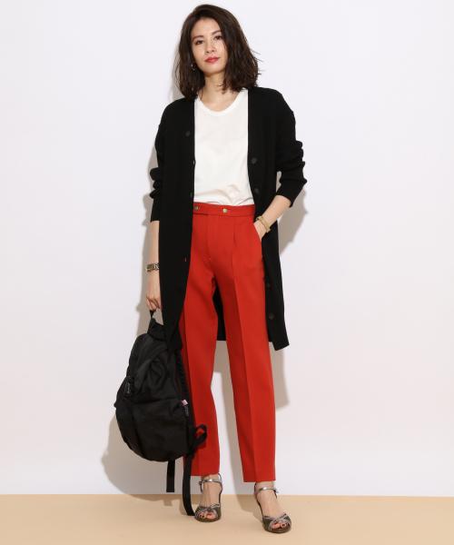 黒リュック × 赤パンツ