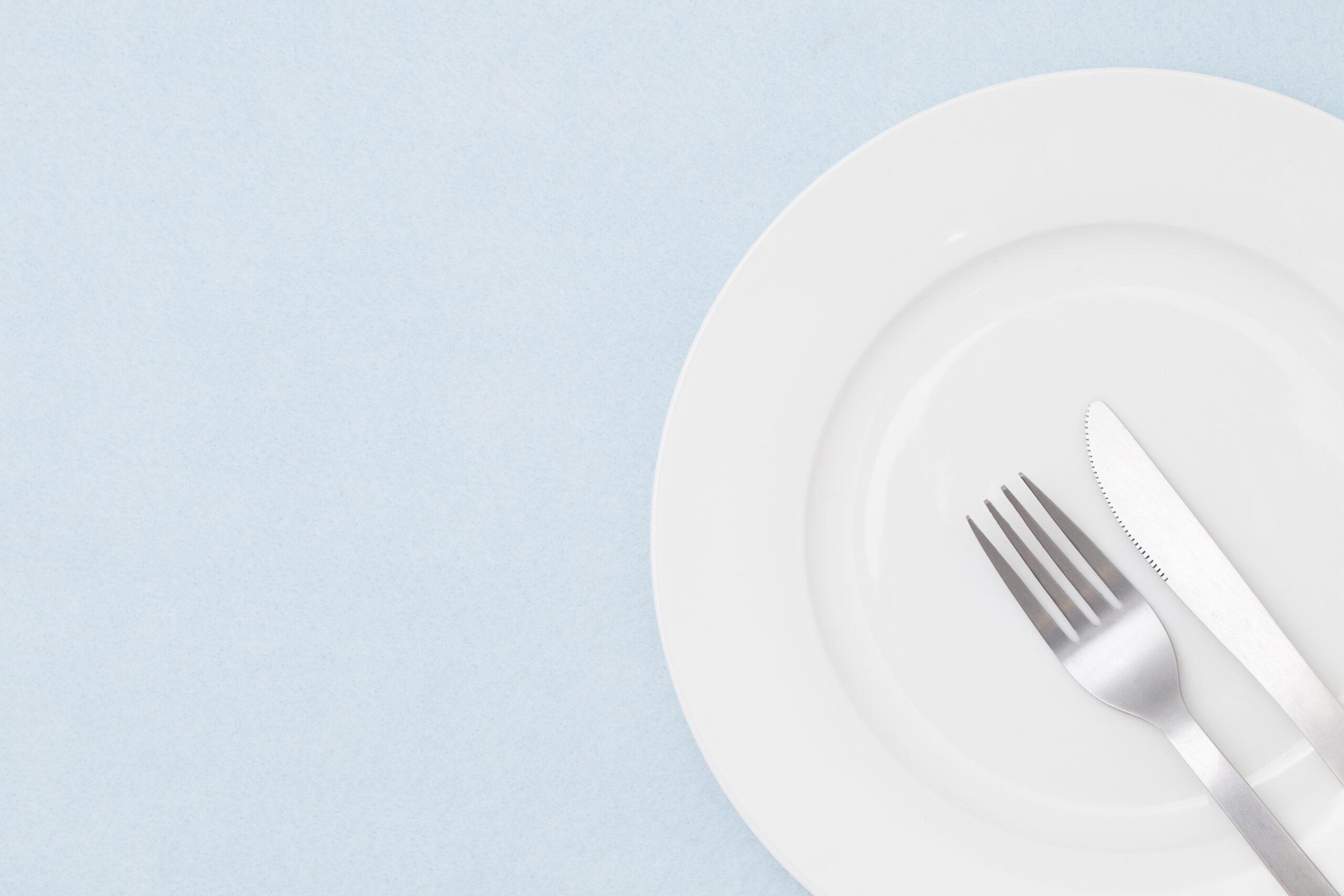 食事の途中は八の字、終わったら右下に