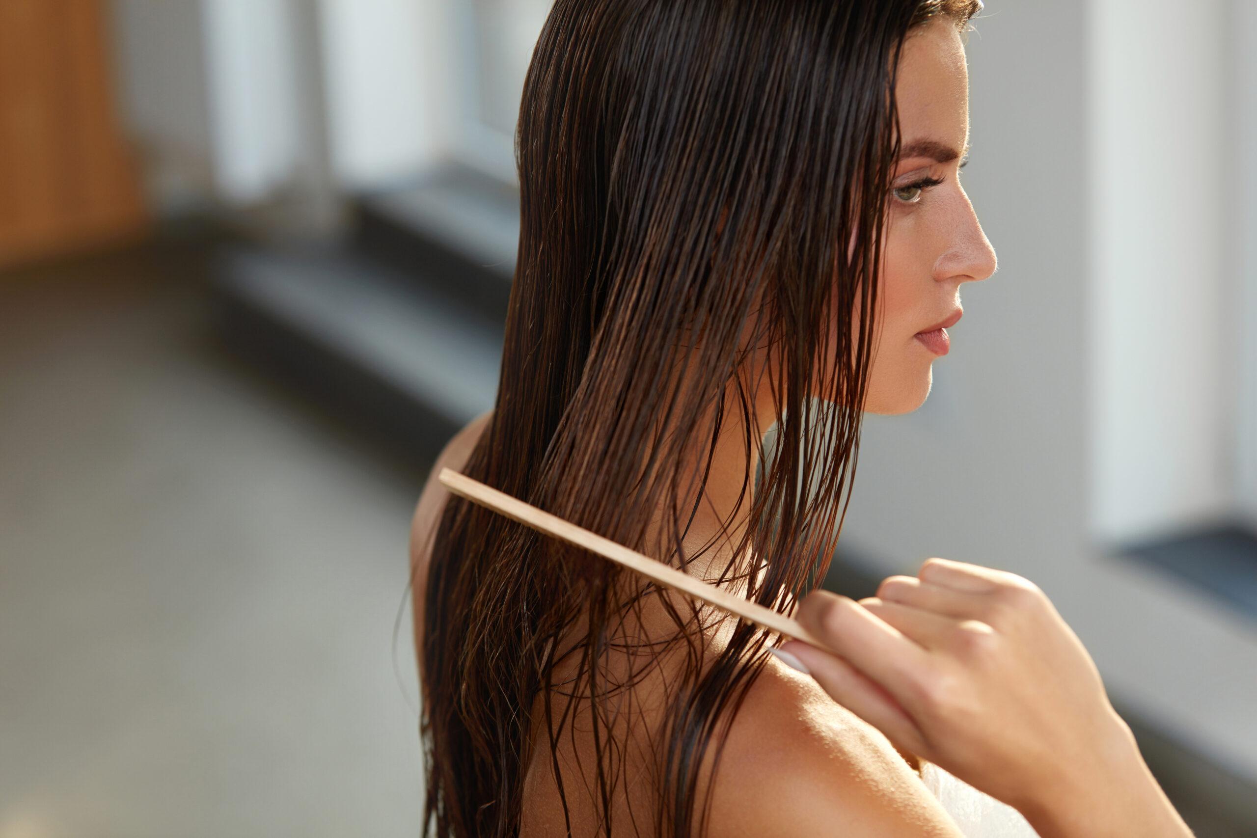 ⑶濡れた髪をクシでとかす