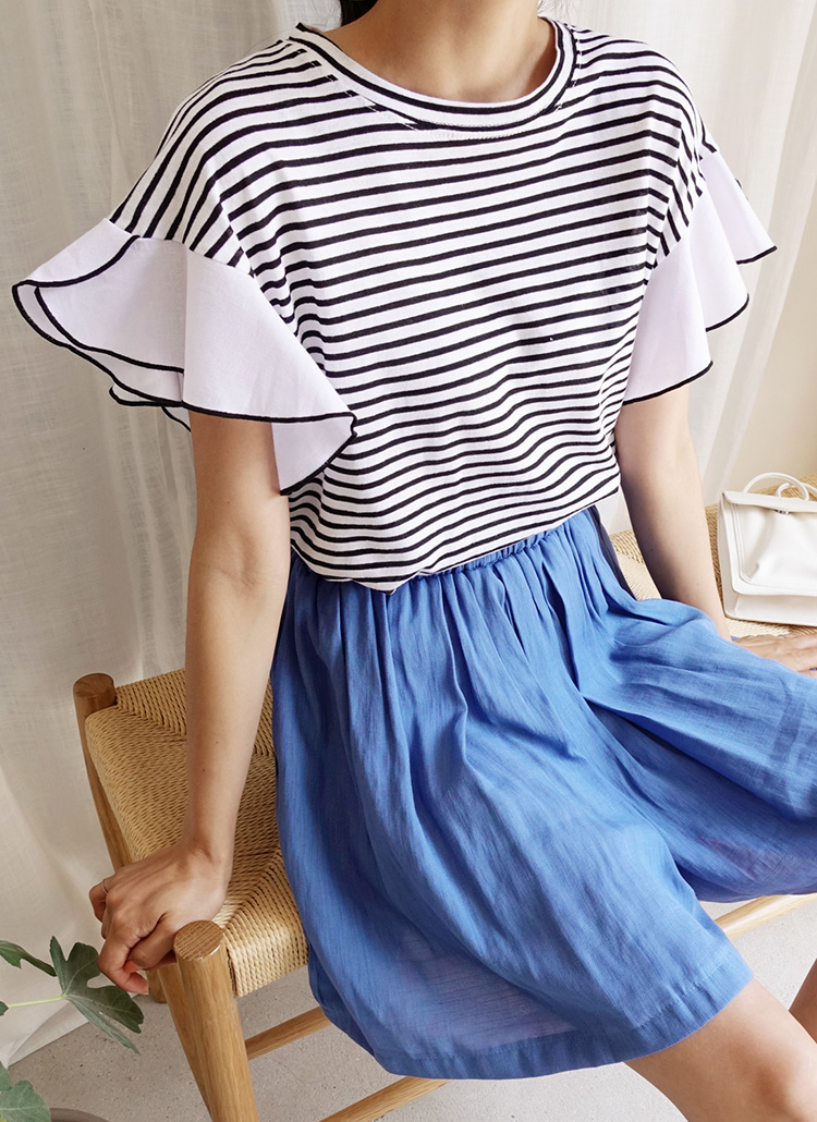 黒ボーダーTシャツ×ブルー系ショートパンツ