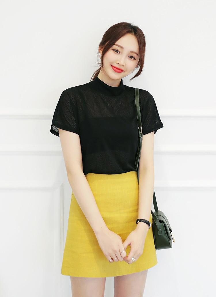 黒無地T×黄色系ミニスカート