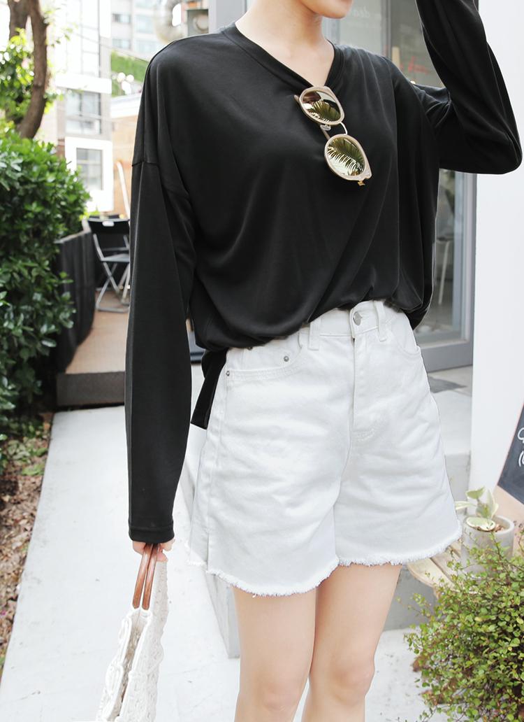 黒ロンT×白ショートパンツ