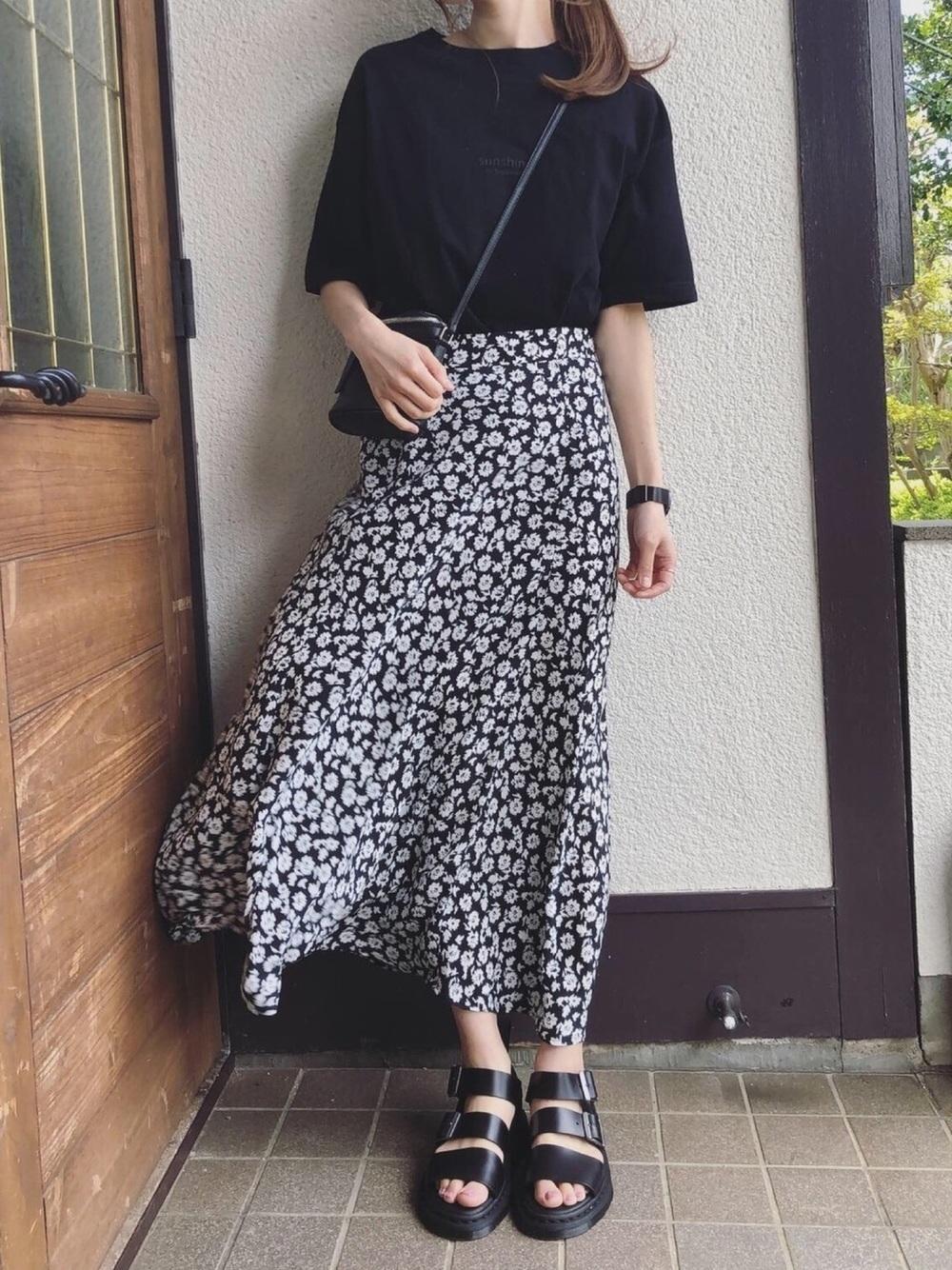 黒ロゴT×花柄ロングスカート