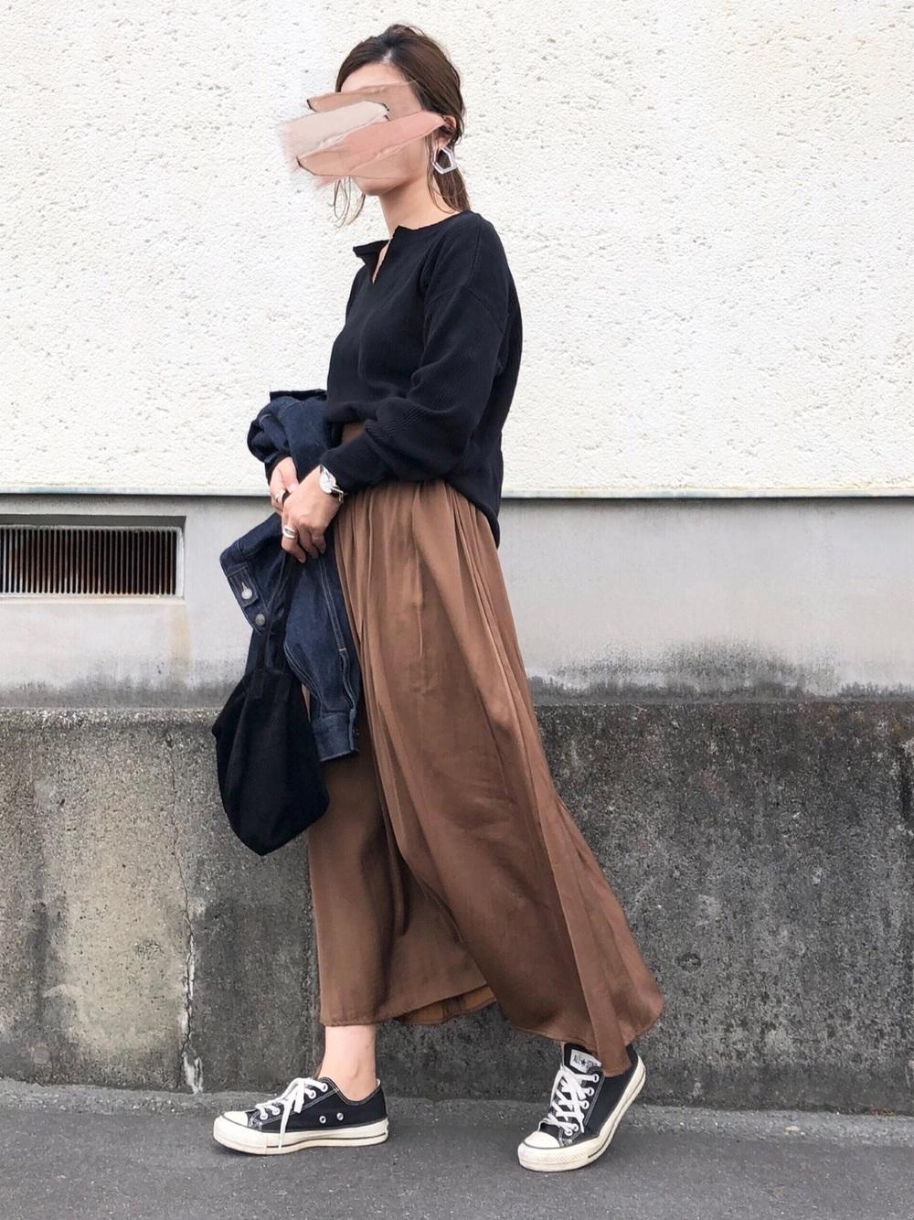 黒ロンT×茶色系フレアロングスカート