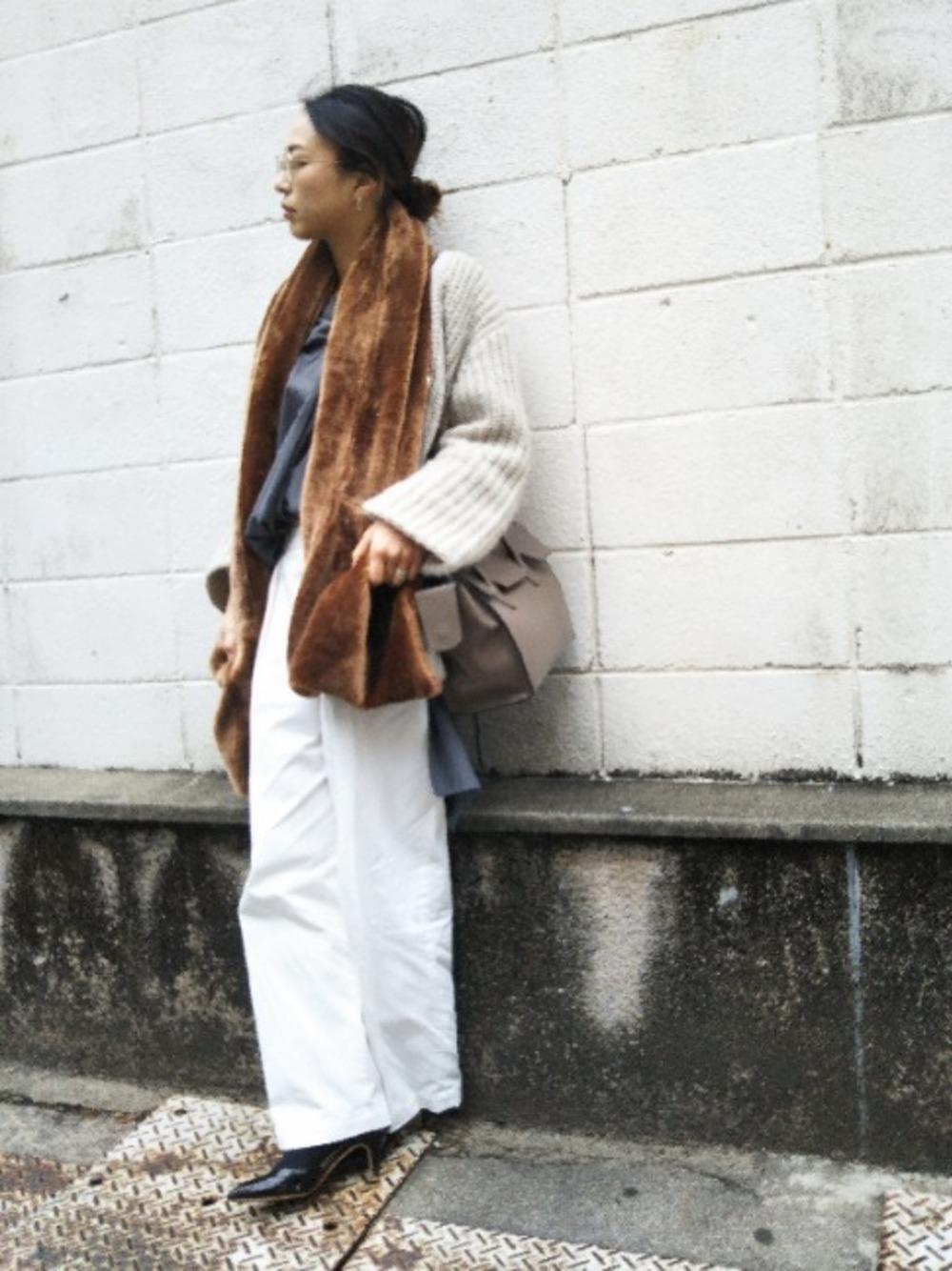 グレー系シャツ×ホワイトワイドパンツ