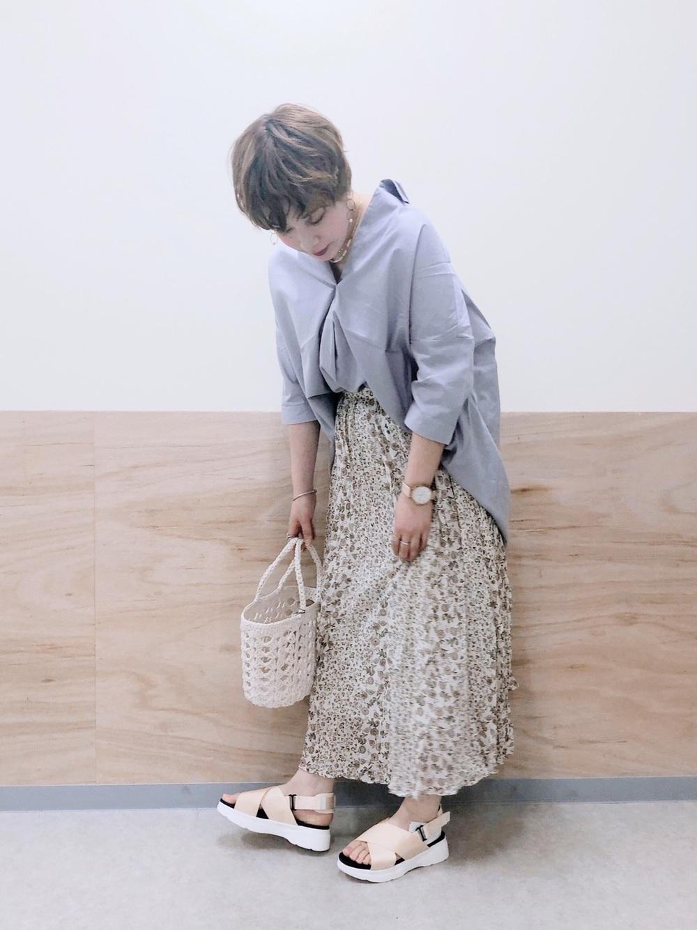 ライトグレーシャツ×小花柄ロングスカート