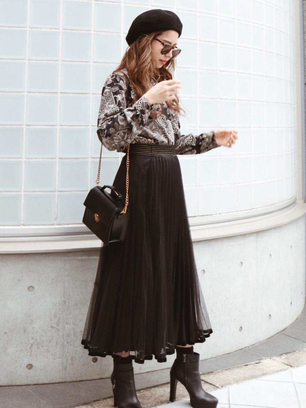 グレー系シャツ×ブラックプリーツスカート