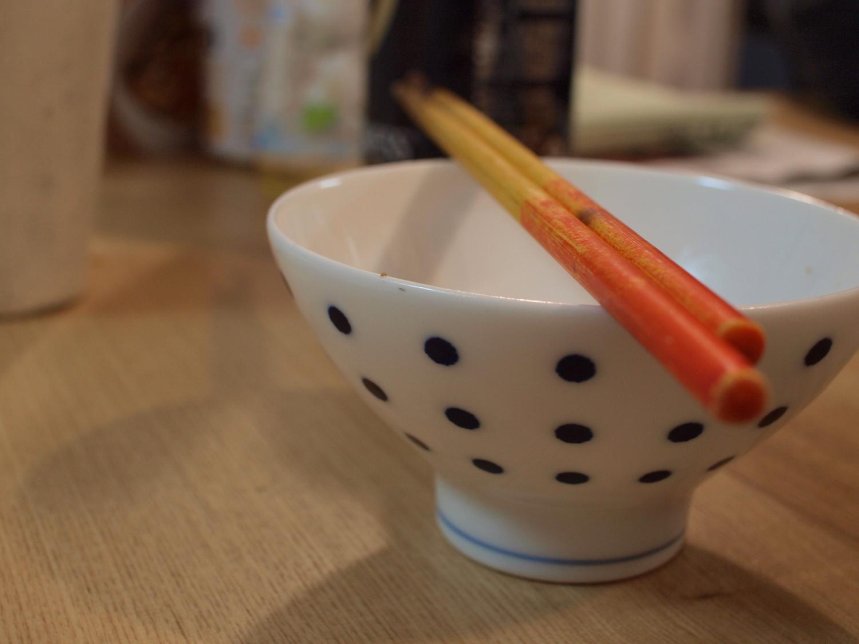 一口食べたら箸を置く