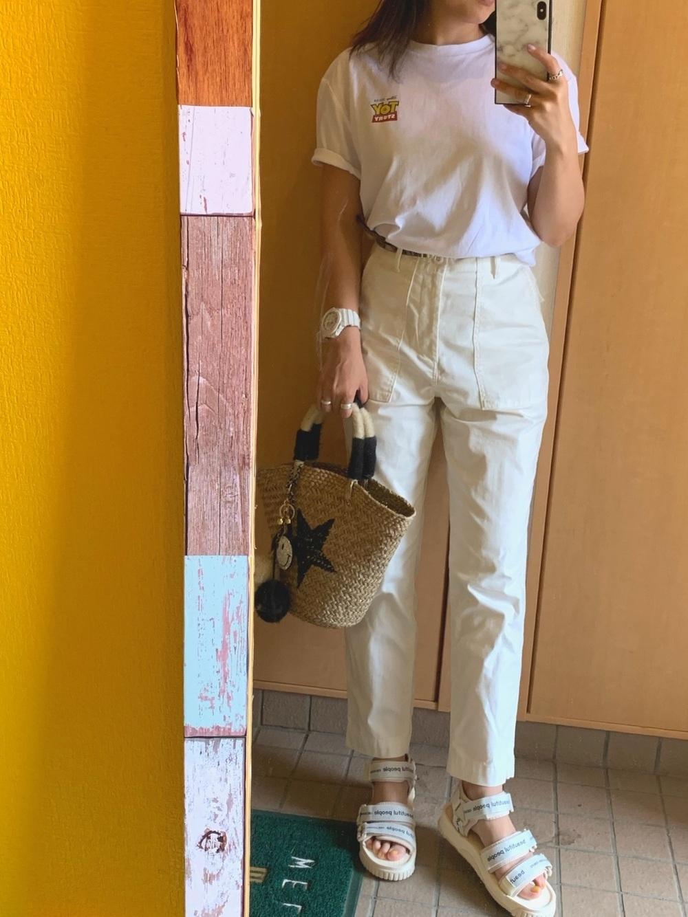 |白Tシャツ×白カーゴパンツ