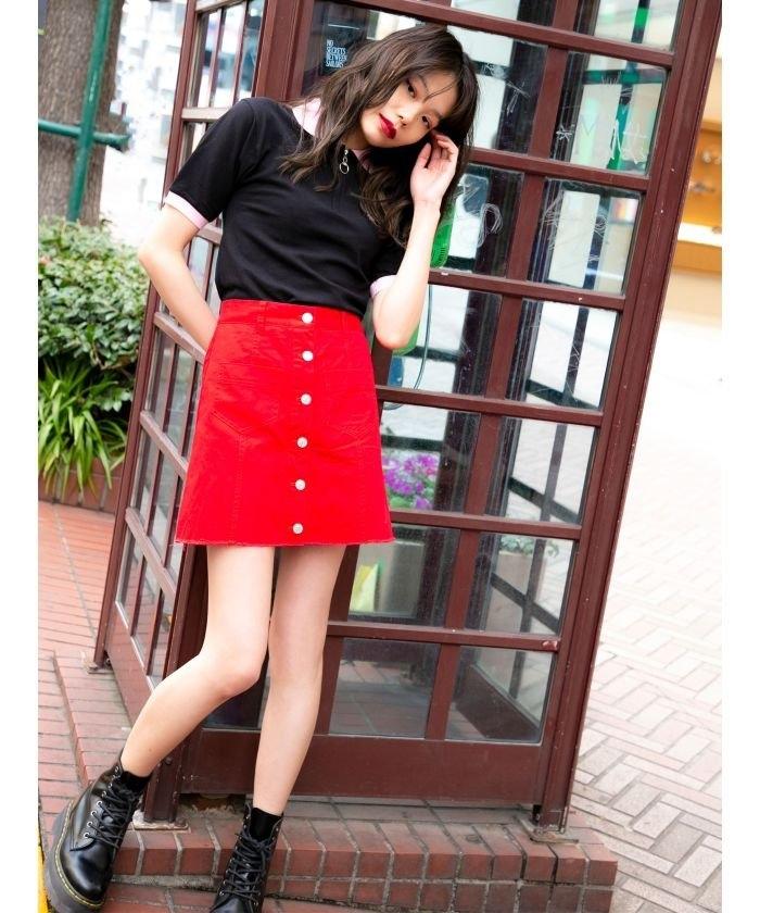 半袖ポロシャツ×赤系ミニスカート