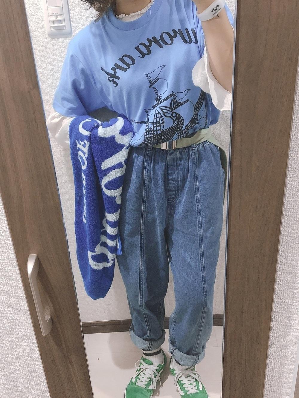 青Tシャツ×デニムパンツ