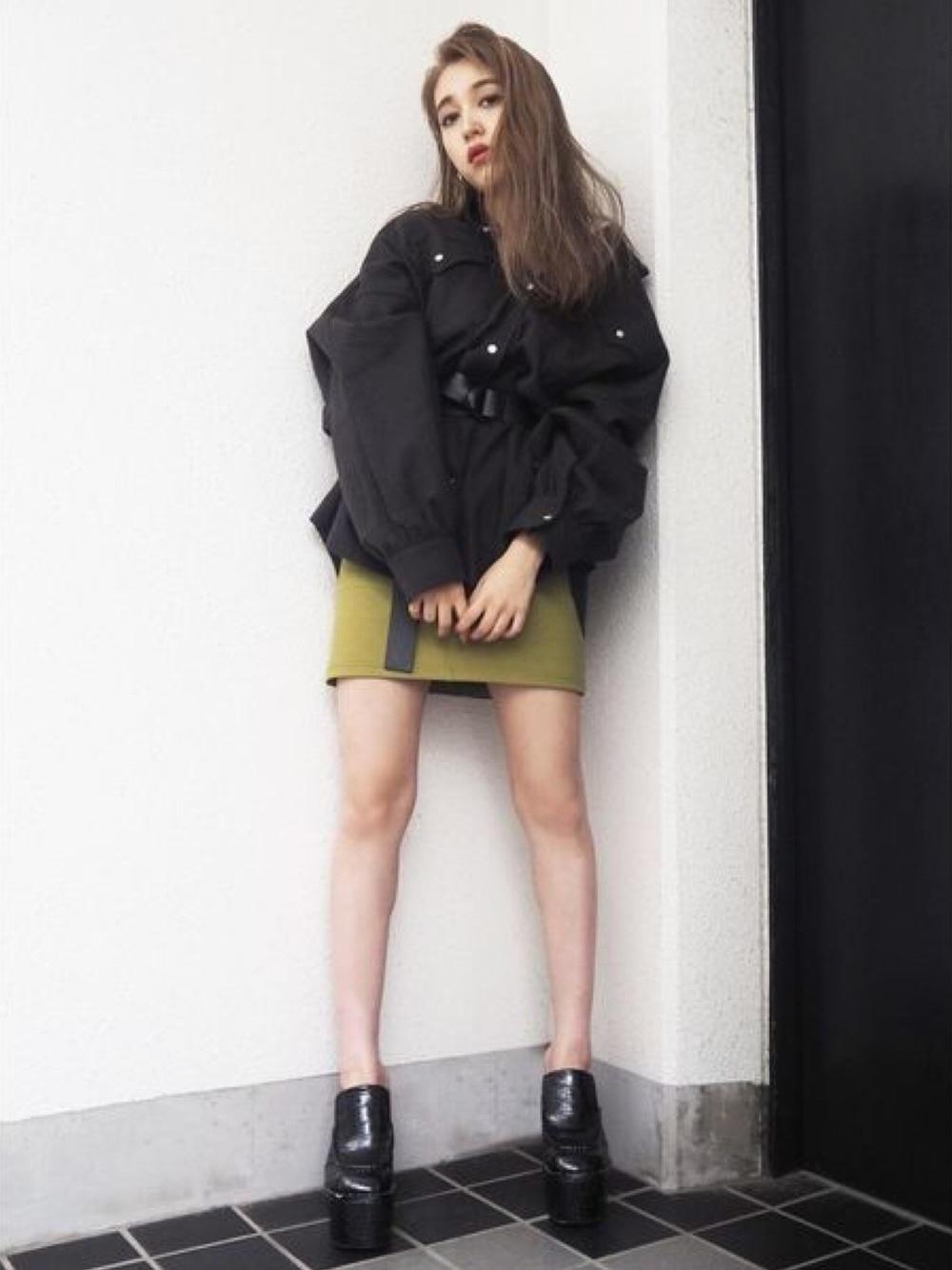 黒シャツ×グリーンスカート