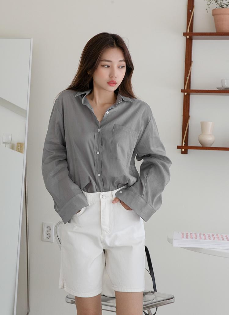 グレーシャツ×ホワイトショートパンツ