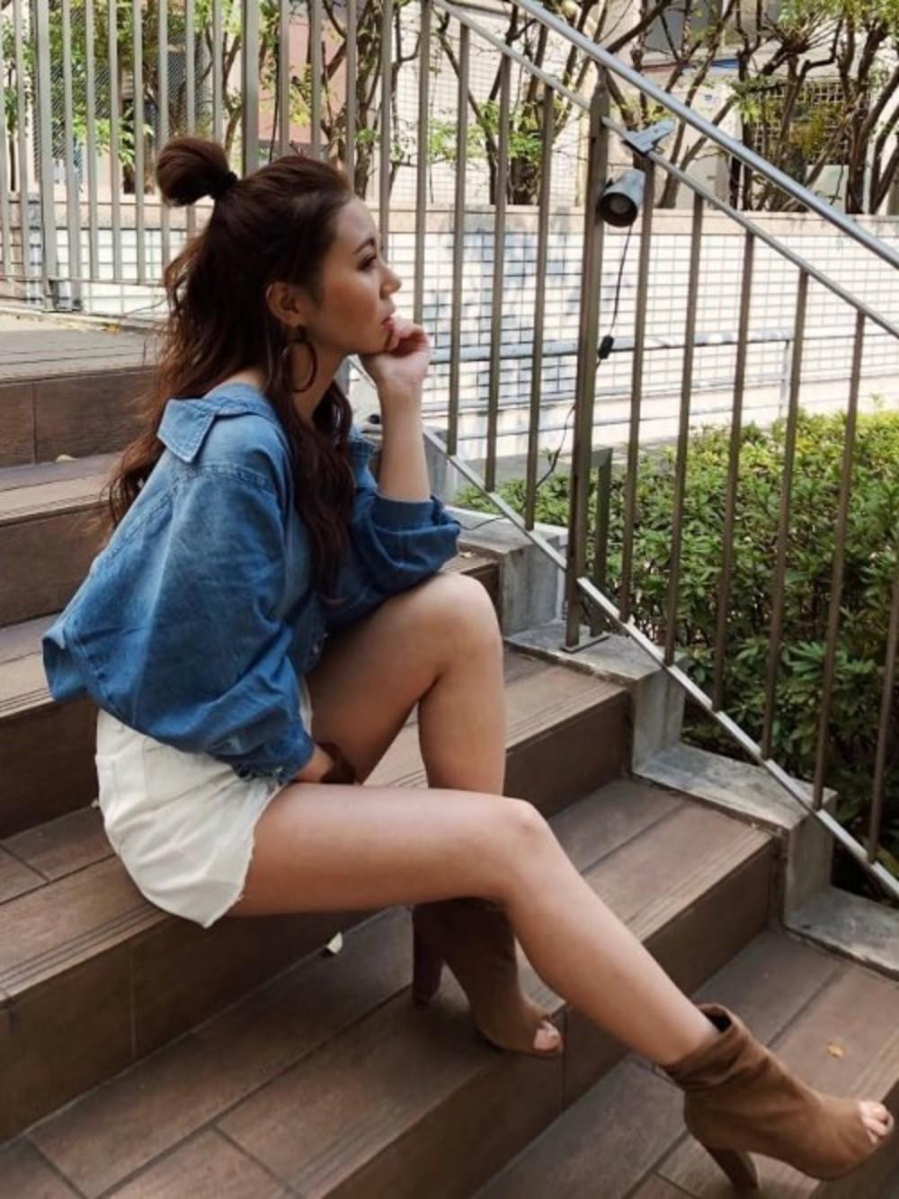 デニムシャツ×白スカート