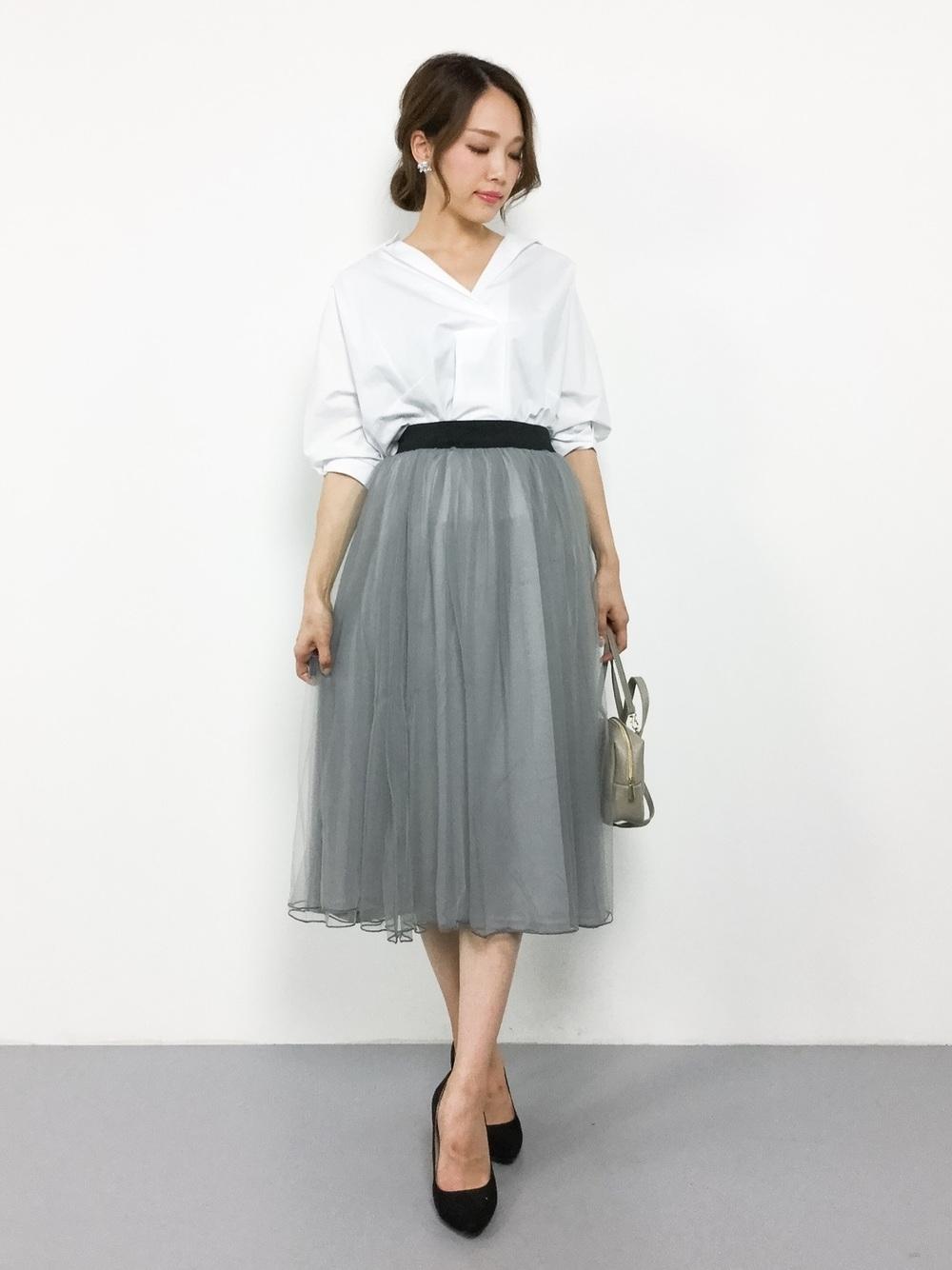 白シャツ×グレーチュールスカート