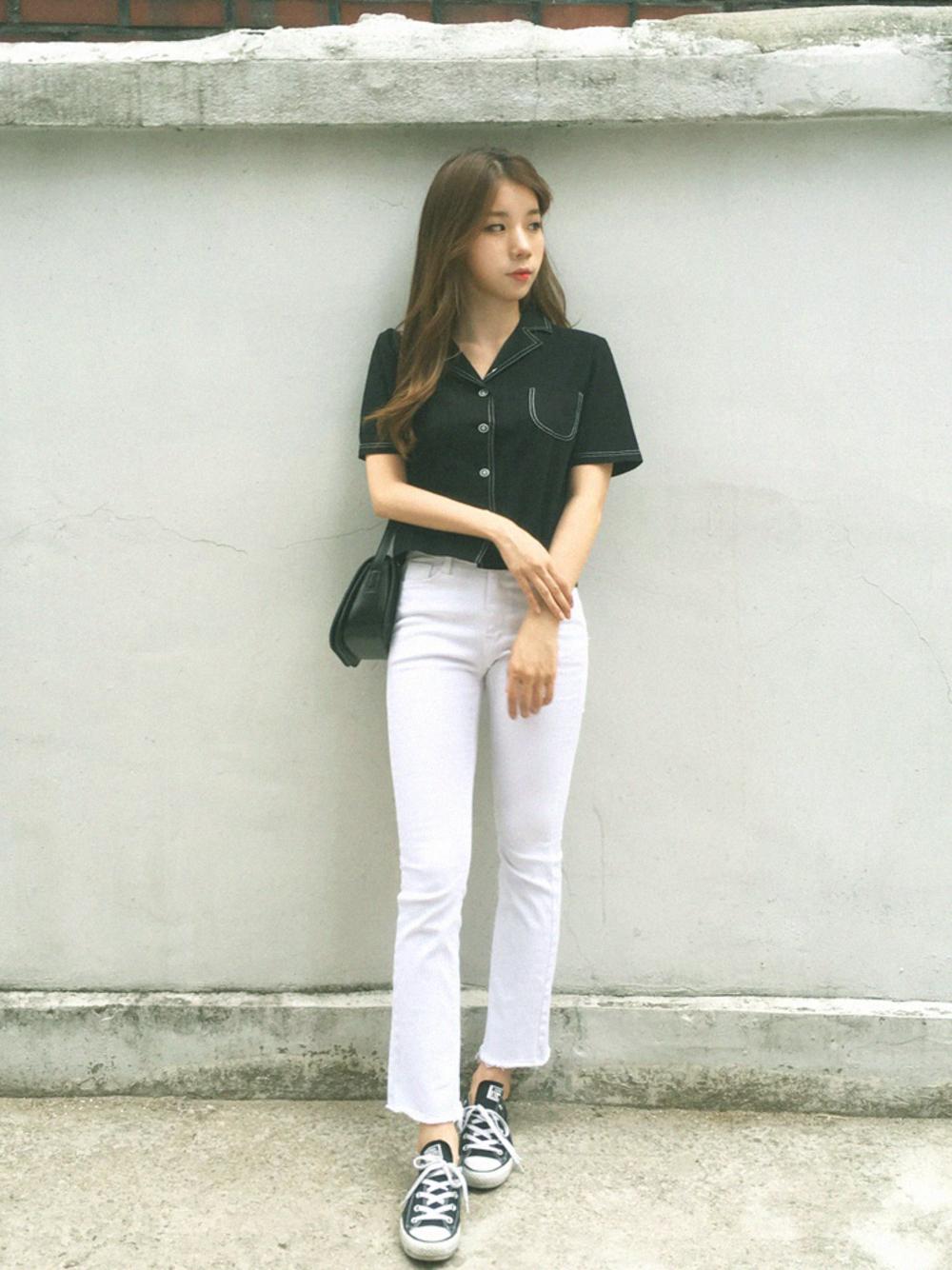 黒シャツ×白パンツ
