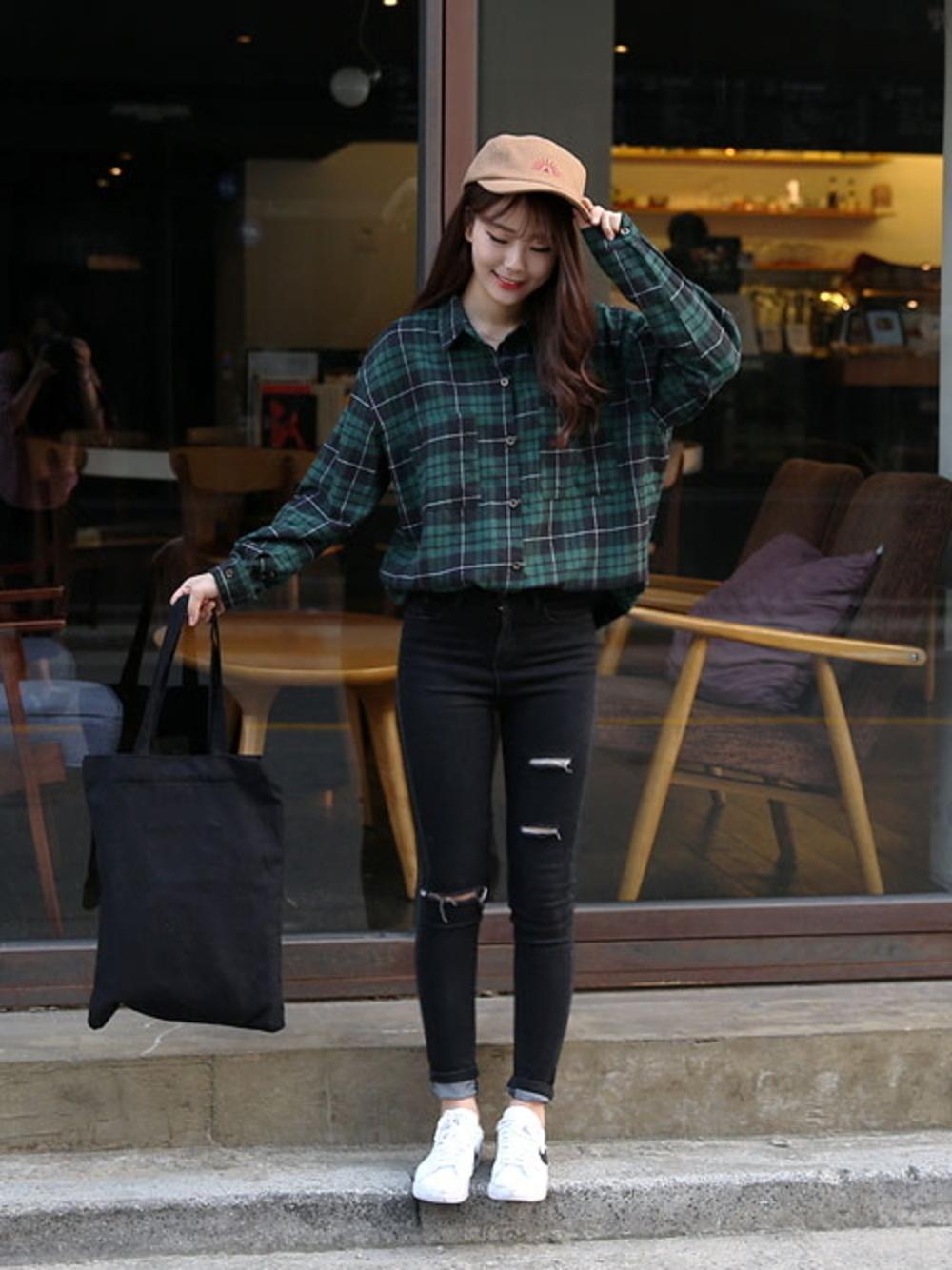 グリーンチェックシャツ×黒スキニーパンツ