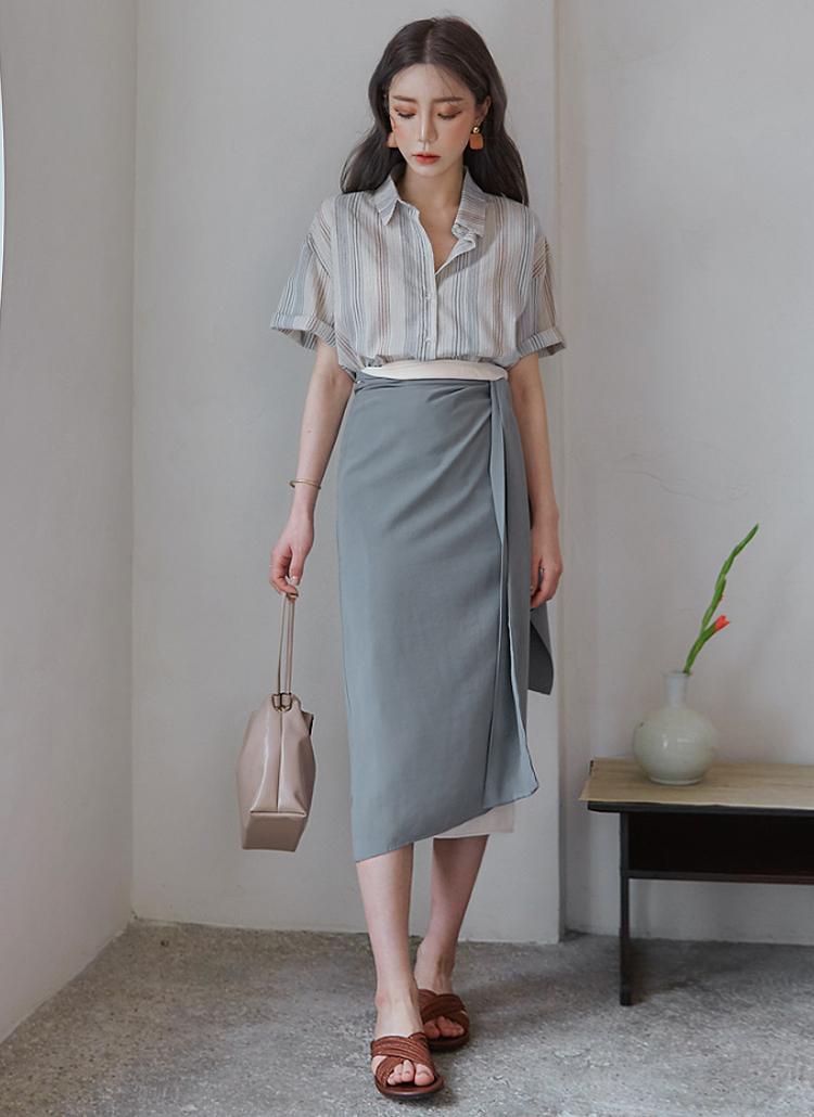 水色ストライプシャツ×水色タイトスカート
