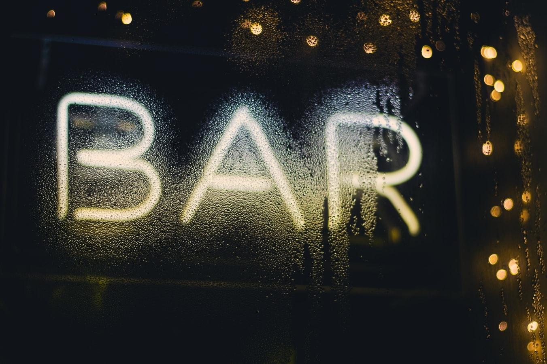 スポーツバーでお酒を飲みながらの観戦を提案