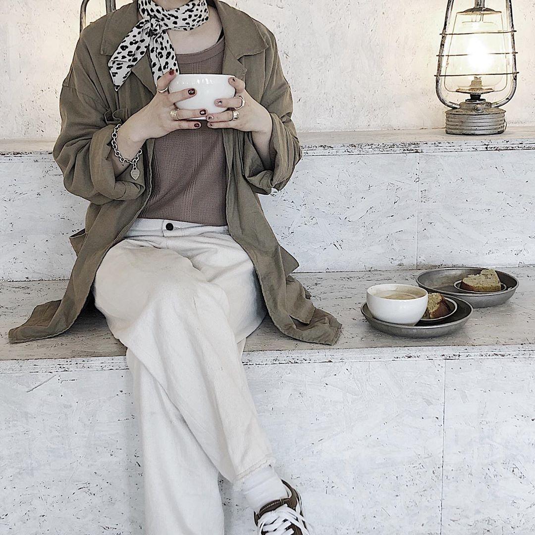 カフェではカップを両手で持って