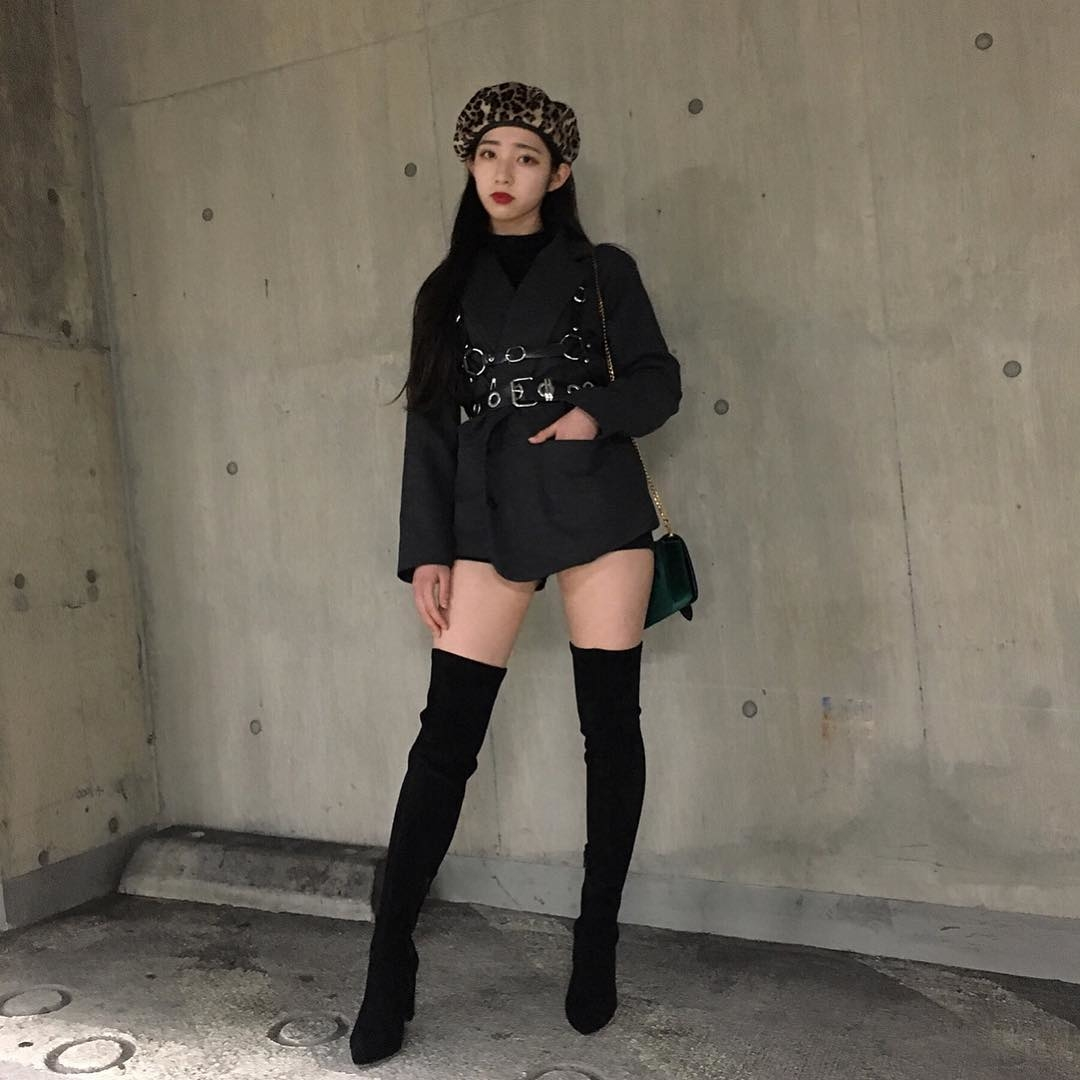 ニーハイソックスを履いた黒いコーディネートの女性