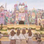 ディズニーランドで写真を撮る4人組