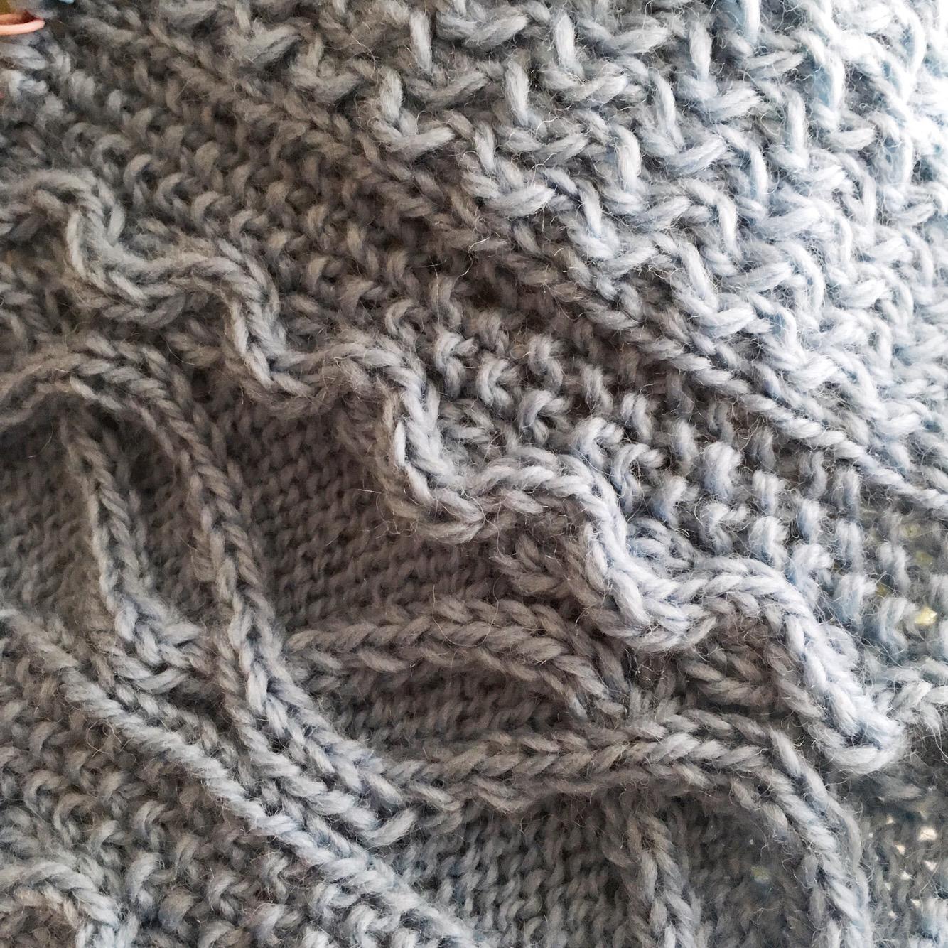 家庭用編み機だからシルエットが複雑で立体的