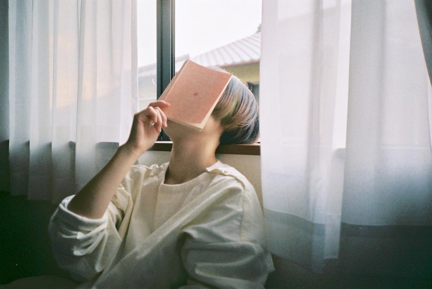 私は[座って]読むのが好き