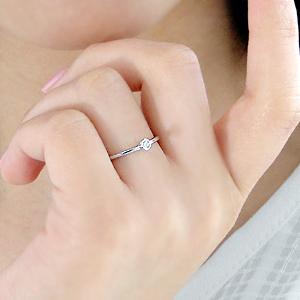 指が細めなあなたには'華奢でシンプル'な指輪