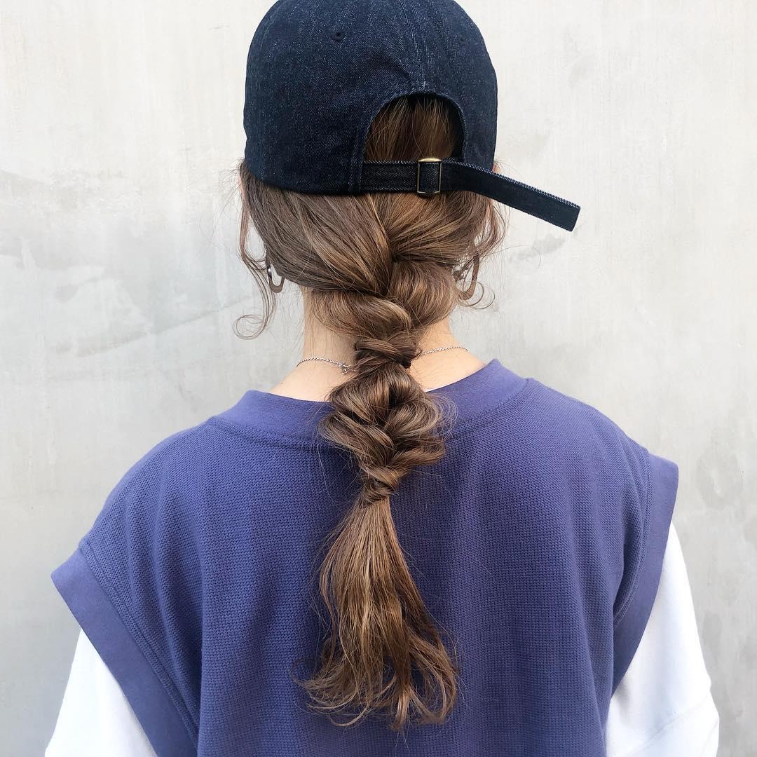 長い髪を活かしたボリューム感のある三つ編みを