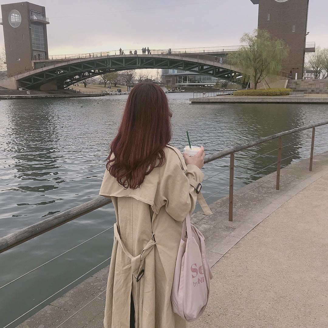 川沿いを歩く後ろ姿を