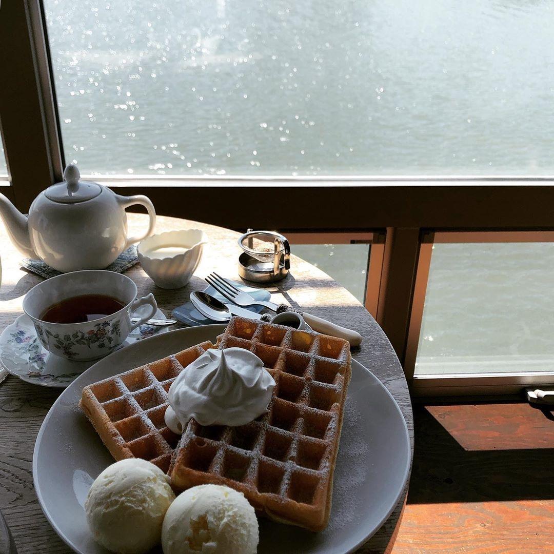 洗練されたカフェで金沢の空気を感じて