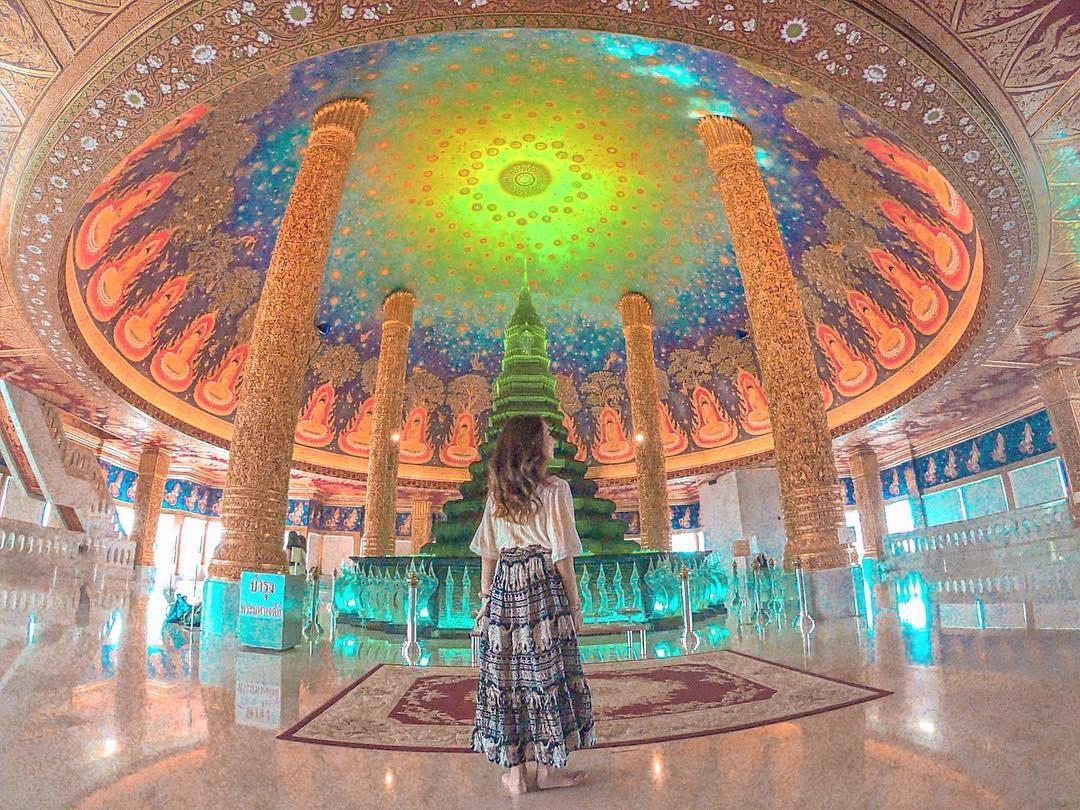 ワット・パークナム:美しい天井画を見上げて